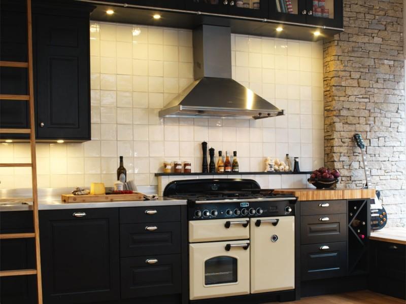 Köket Ramnsö med Svarta Luckor